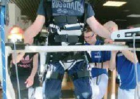Ruhephase im HAL: Dank des Woodway kann sich der Patient zum Ausruhen in das Gurtsystem hängen. Das Stehen mit Extension der Hüft- und Kniegelenke müsste aktiv durch den Patienten erfolgen.
