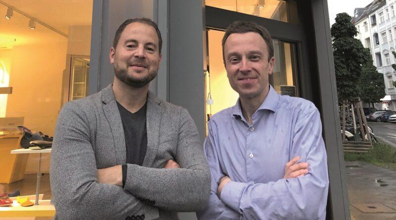 Frank (l.) und Martin Hepper, Vorstand der Springer Aktiv AG, vor dem Sensomotorik Zentrum Berlin.