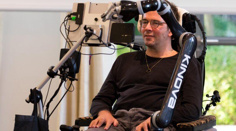 ALS-Patient wird mit einem Roboterarm versorgt.
