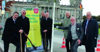 Anlässlich des DKOU wurden zehn neue Bäume in Berlin gepflanzt