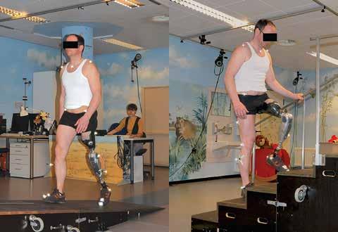Proband mit dem Power Knee© beim Hinaufgehen der instrumentierten Rampe bzw. Treppe.