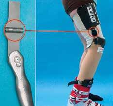 Spezialschiene mit seitlichem Gelenk für Skiprothesen.