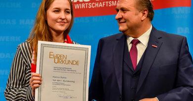 OT-Bundessiegerin Hanna Balke nahm 2019 in Wiesbaden ihre Ehrenurkunde aus den Händen von ZDH-Präsident Hans Peter Wollseifer entgegen.