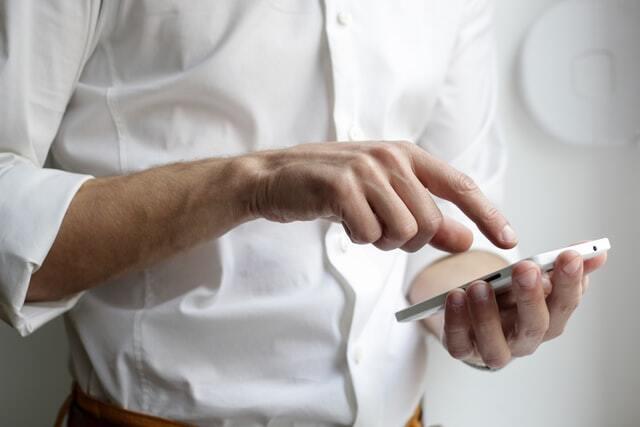 """Die Apps auf Rezept sind """"digitale Helfer"""" in der Hand der Patientinnen und Patienten."""