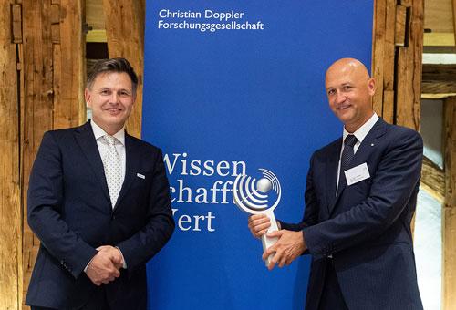 Preisträger Dr. Andreas Goppelt, CTO und Geschäftsführer von Ottobock Wien, und Preisträger und Laborleiter Prof. Dr. Oskar Aszmann mit der Trophäe des CDG-Preises für Forschung und Innovation.