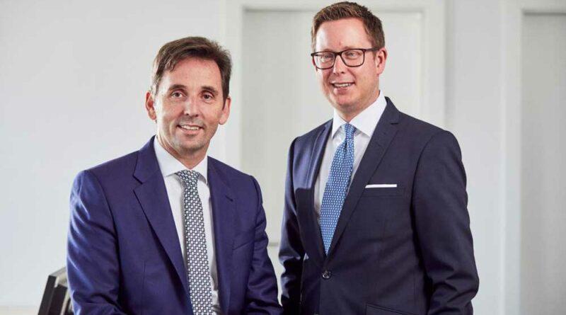 Die Opta-Data-Geschäftsführer Andreas Fischer (li.) und Mark Steinbach (re.) freuen sich über die Auszeichnung.
