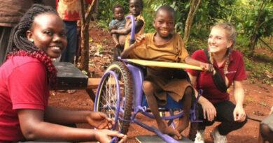 """Der Verein """"Pro Uganda – Prothesen für ein neues Leben"""" hat Patienten mit schweren Lähmungen mit maßangefertigten Rollstühlen versorgt."""