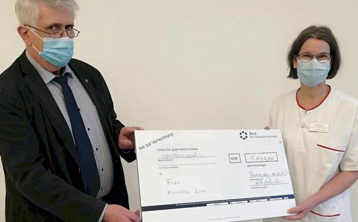 Erich Grohmann (1. Vorsitzender Deutsche Ilco) und Monika Linn bei der Preisübergabe.