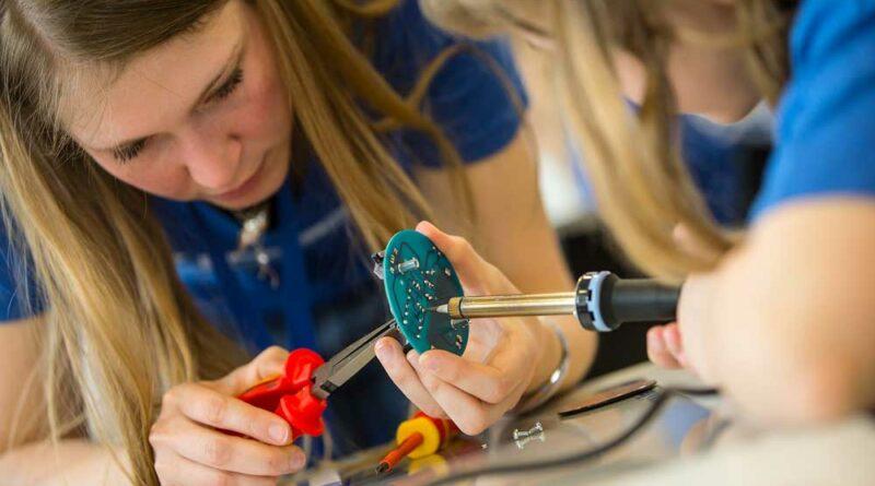 Der Girls' Day gibt Mädchen die Möglichkeit, Berufe aus den Bereichen IT, Handwerk, Naturwissenschaften und Technik kennenzulernen.