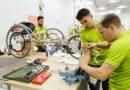 In den komplett ausgerüsteten Orthopädiewerkstätten werden in Tokio die Hilfsmittel der Athleten fachgerecht repariert.