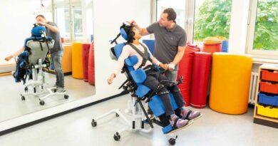Kontakt auf Augenhöhe durch Stehen mittels Rückenschrägliegebrett. Foto: Fa. Schuchmann