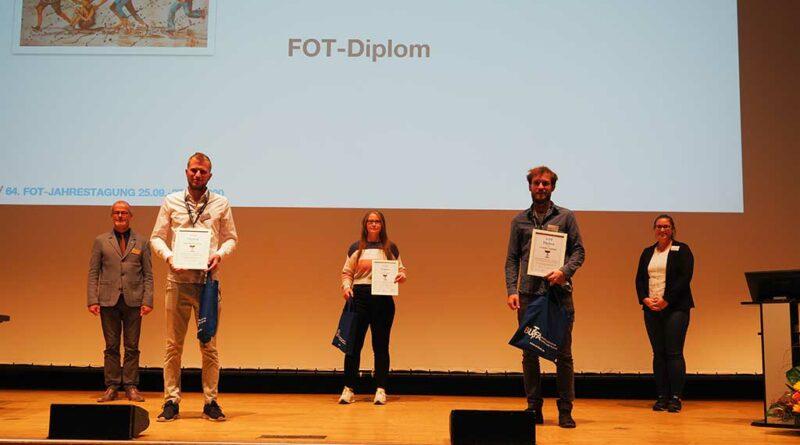 Ingo Pfefferkorn (l.) und Mona Seifert (r.) zusammen mit den FOT-Diplom-Preisträgern 2020 bei der Jahrestagung in Mannheim.