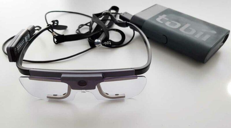 """Eyetracker """"Tobii Pro"""" (Tobii AB, Schweden) mit Akku, bei dem auch längeres Tragen durch das geringe Gewicht relativ gut möglich ist. Eine Kamera zeichnet das Sichtfeld auf; jeweils zwei kleine Kameras verfolgen die Augenbewegungen."""