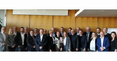 Die OT-Branche trauert in persönlichen Nachrufen um Michael Leitmair (vorne, 5. von rechts im Kreis des Ausstellerbeirats der OTWorld).
