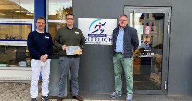 """Markus Wittlich, Geschäftsführer und Inhaber, Christopher Balschun, Bereichsleitung, und Dirk Eckhoff, Geschäftsführer, (von links) freuten sich über die Auszeichnung zum """"akkreditierten Studienort""""."""