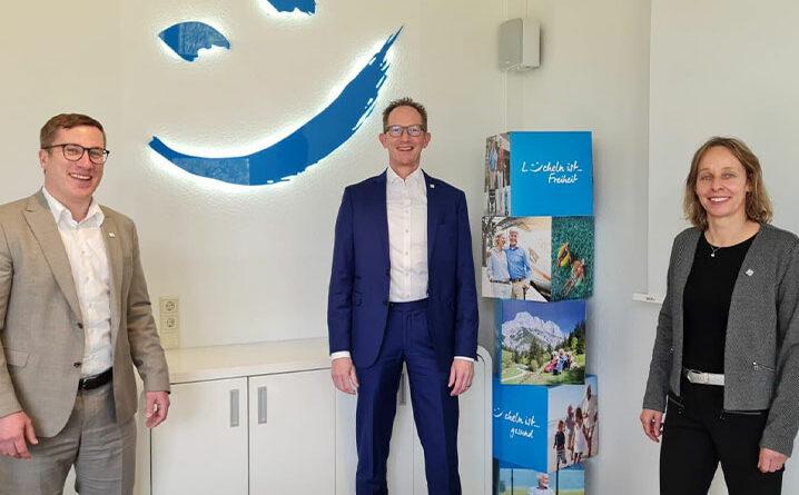 Dr. Sonja Schaible, Aufsichtsratsvorsitzende der Sanitätshaus Aktuell AG, begrüßte Ulf Doster (links) neu im Vorstand, in dem er an der Seite von Ben Bake die Themenschwerpunkte Digitalisierung, Transformation und Finanzen übernimmt.