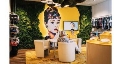 Eine Mooswand und Audrey Hepburn sorgen im Sanitätshaus Lettermann für eine Boutiqueatmosphäre im Bruststudio.