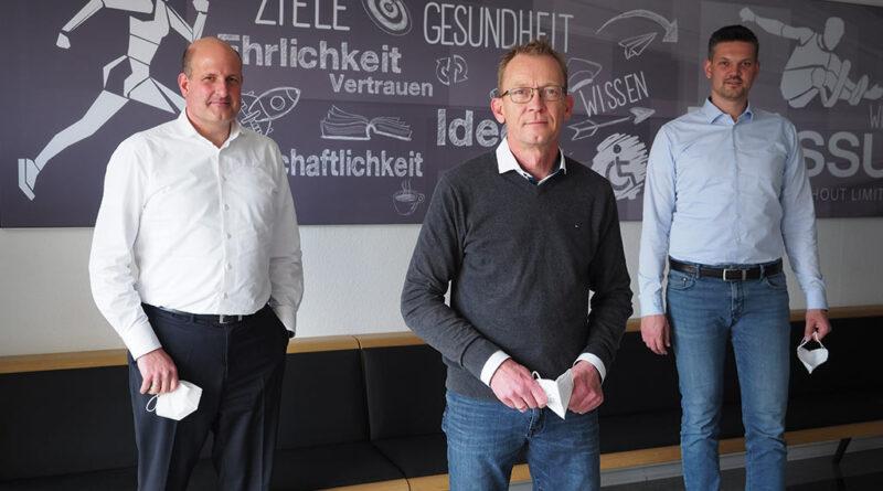 Unterstützt von einem negativen Corona-Test trafen sich (v. l.) Axel Schulz, Martin Penckwitt und Tobias Schmidt zum Interview in Frechen anlässlich des 20-jährigen Bestehen des Eigenvertriebs in Deutschland.