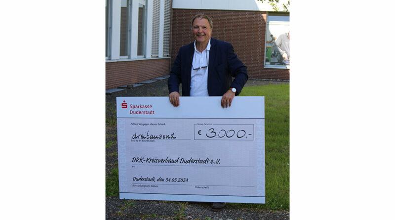 Zum Abschied ihres Geschäftsführers Norbert Aumann sammelten die Ottobock-Mitarbeiter:innen 3.000 Euro für den DRK-Kreisverband Duderstadt.