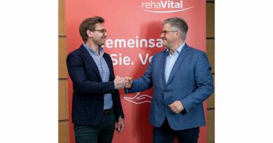 Auf eine gemeinsame digitale Zukunft: Christof Witton (l.) und Jens Sellhorn (r.) besiegeln die Beteiligung von Rehavital an CSE.