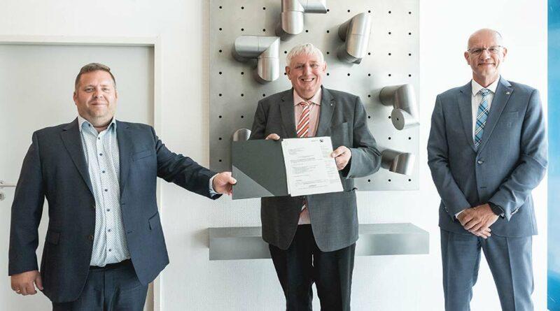 NRW-Minister Karl-Josef Laumann (Mitte) übergab den Zuwendungsbescheid für die BUFA-Modernisierung am 20. Juli 2021 in Dortmund an BIV-OT-Präsident Alf Reuter (rechts) und Lars Grun, Vorsitzender des Schulträgers der BUFA.