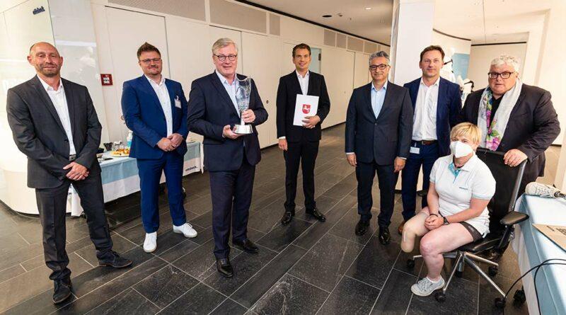 Wirtschaftsminister Dr. Bernd Althusmann (Dritter von links) übergab den Förderbescheid für iFab4.0 an Professor Hans Georg Näder (rechts) und sein Ottobock-Team am Stammsitz in Duderstadt.