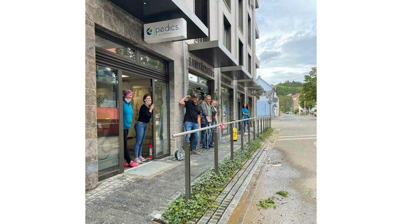 Nur wenige Tage nach dem Hochwasser konnten Thomas Pütz (Mitte) und sein Team das Sanitätshaus Pedics wieder betreiben.