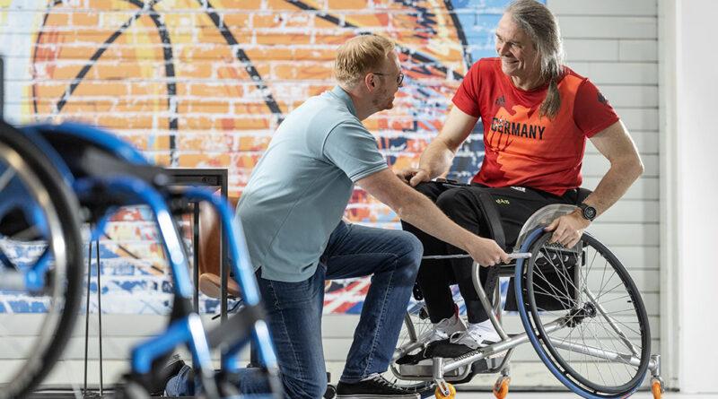 Paralympics-Badminton-Spieler Thomas Wandschneider (rechts) erhielt bereits Anfang August einen exklusiven Einblick in das neue Ottobock-Erlebniszentrum in Bad Oeynhausen.