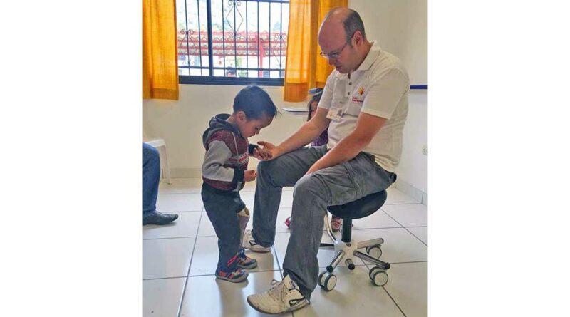 Die Menschen aus den ärmsten Verhältnissen, darunter vor allem auch Quechua-Indianer, stehen im Mittelpunkt der Patientenversorgung in der OT-Werkstatt des Diospi-Suyana-Missionskrankenhauses. Foto: Diospi Suyana