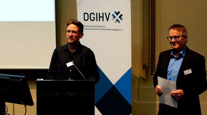 : Lutz Klasen, technischer Chair der AG Elektrostimulierende Hilfsmittel, stellte die neue Arbeitsgruppe bei der Fachtagung vor, zu der die DGIHV (rechts der stellvertretende Vorsitzende Olaf Gawron) nach Berlin geladen hatte.