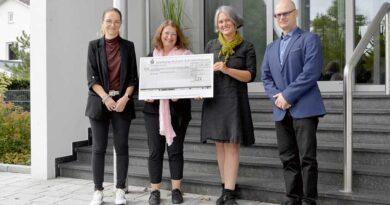 Anlässlich des Welt-Brustkrebstags am 1. Oktober hat Juzo eine Spende in Höhe von 6.480 Euro an Deutschlands größte Brustkrebs-Patientinnen-Initiative Mamazone übergeben. (v. l.) Anja Schettler (Juzo), Biggi Welter, Sonja Kasper und Uli Frey (Juzo).