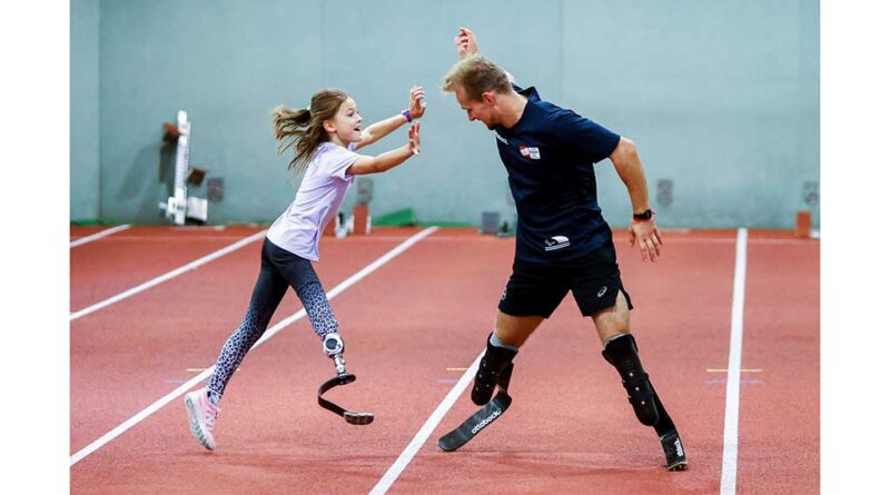 Die Nachwuchssportler:innen lernten bei den Talent Days von paralympischen Spitzensportlern – wie dem mehrmaligen Weltmeister und Paralympioniken Johannes Floors – das Laufen, Springen und Werfen mit Sportprothesen.